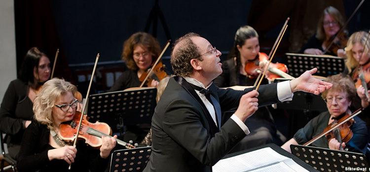 Мужчина дирижирует оркестром.