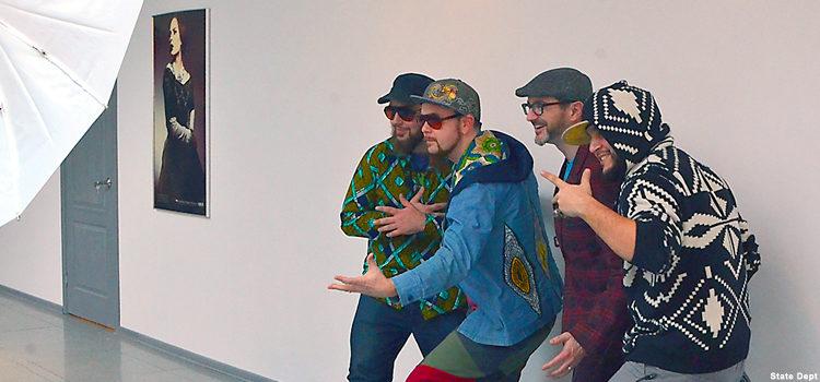 Четверо мужчин позируют для фотоснимка.