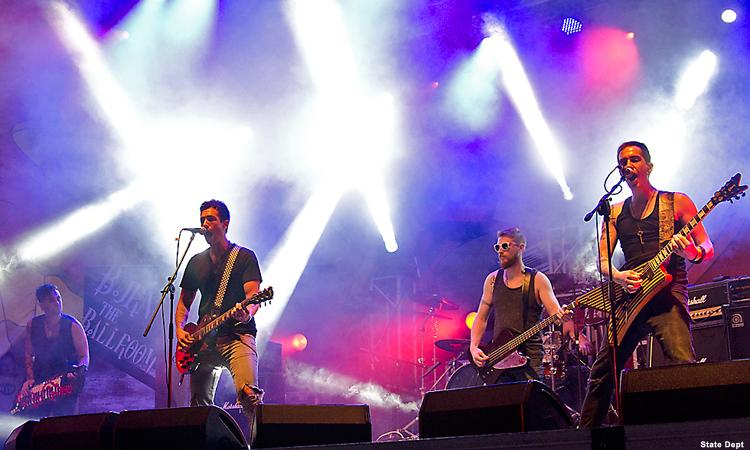 Четверо мужчин играют на музыкальных инструментах, поют (Фото: Госдепартамент США)