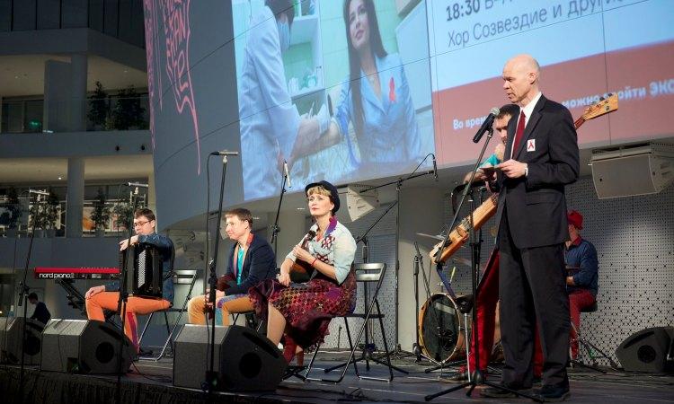 Генеральный консул Маркус Микели открывает благотворительный вечер, посвященный Всемирному дню борьбы со СПИДОМ. На сцене - музыкальная группа ИзумRUд (Фото принадлежит Госдепартаменту США)