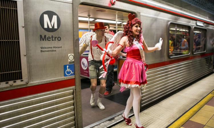"""Актеры в костюмах Купидонов метро выходят из поезда. Лос-анджелесское метро празднует День святого Валентина ежегодным мероприятием """"Блиц-свидания на Красной линии"""", помогая пассажирам праздновать любовь во время поездки в общественном транспорте. (© AP Images)"""
