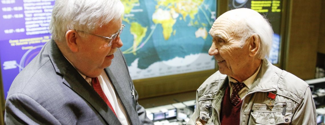 Посол США в РФ Джон Теффт посетил Центр управления полетами