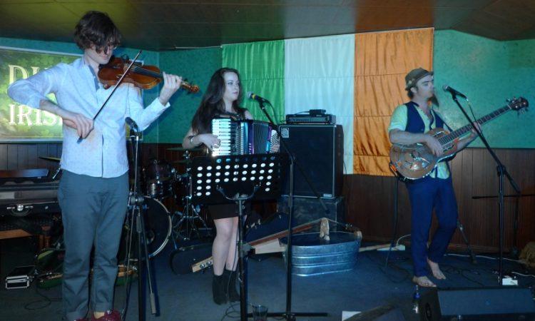 Женщина и двое мужчин играют на музыкальных инструментах (Фото Госдепартамента США).